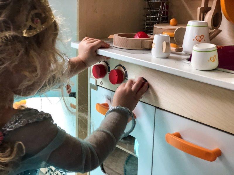 Kind spielt in einem Kostüm in einer Kinderküche