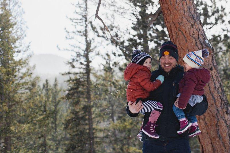 Zwei Kinder in Winterjacke