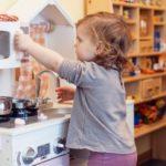 Kind spilet in einer Kinderküche