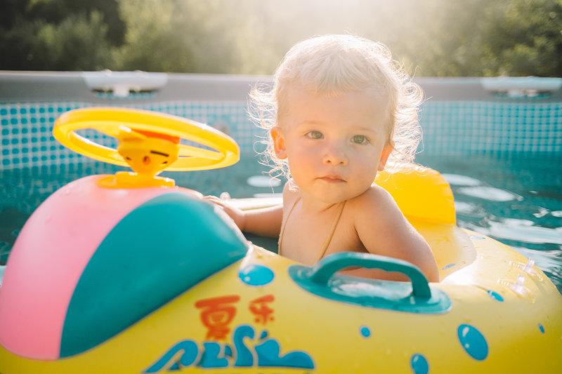 Baby-Schwimmhilfen gibt es in verschiedensten Farben und Formen