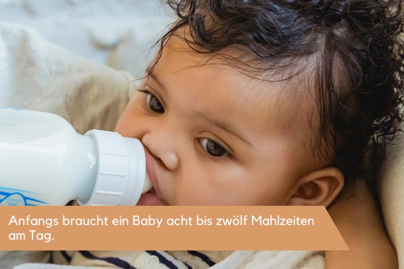 Ein Baby nuckelt an einer Flasche mit Milch