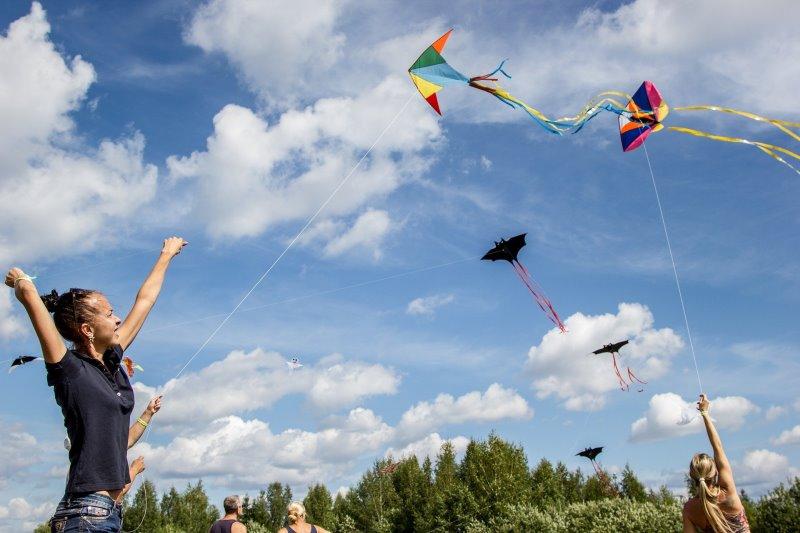 Lenkdrachen fliegen mit Freunden